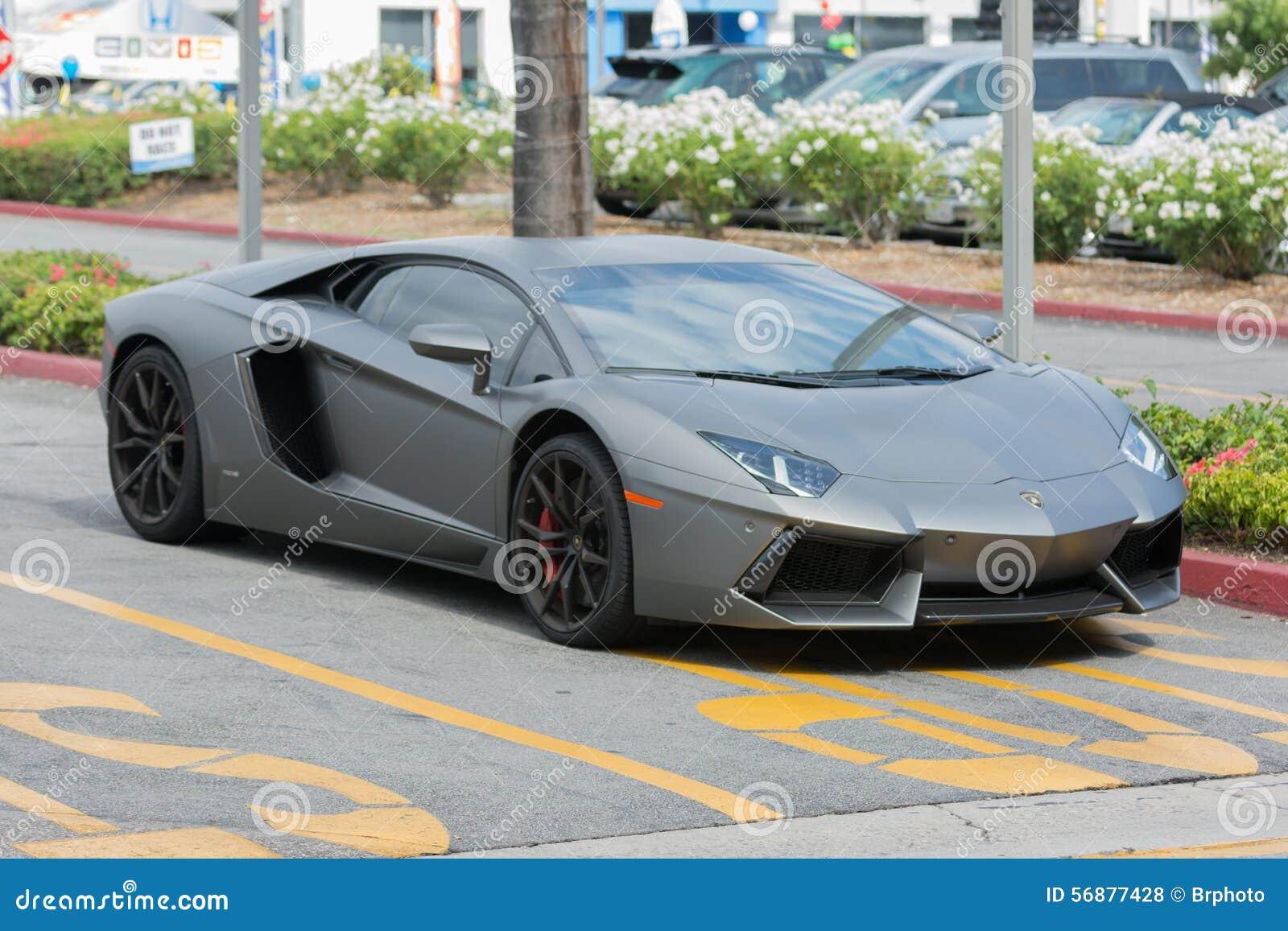 在显示的Lamborghini Aventador汽车