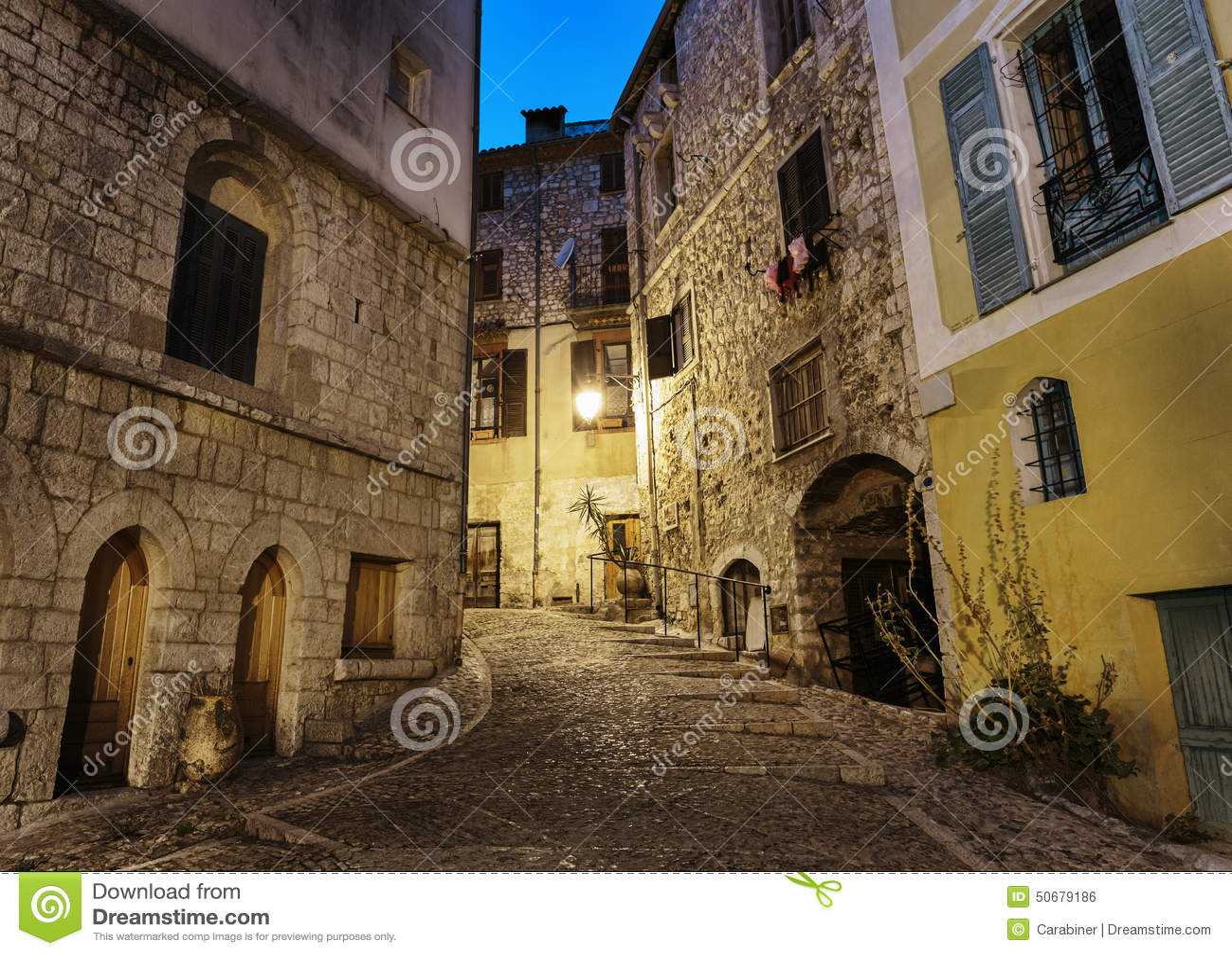 Download 在晚上使被修补的街道狭窄在老镇Peille 库存照片. 图片 包括有 法国, 鹅卵石, 狭窄, 离开, ardra - 50679186