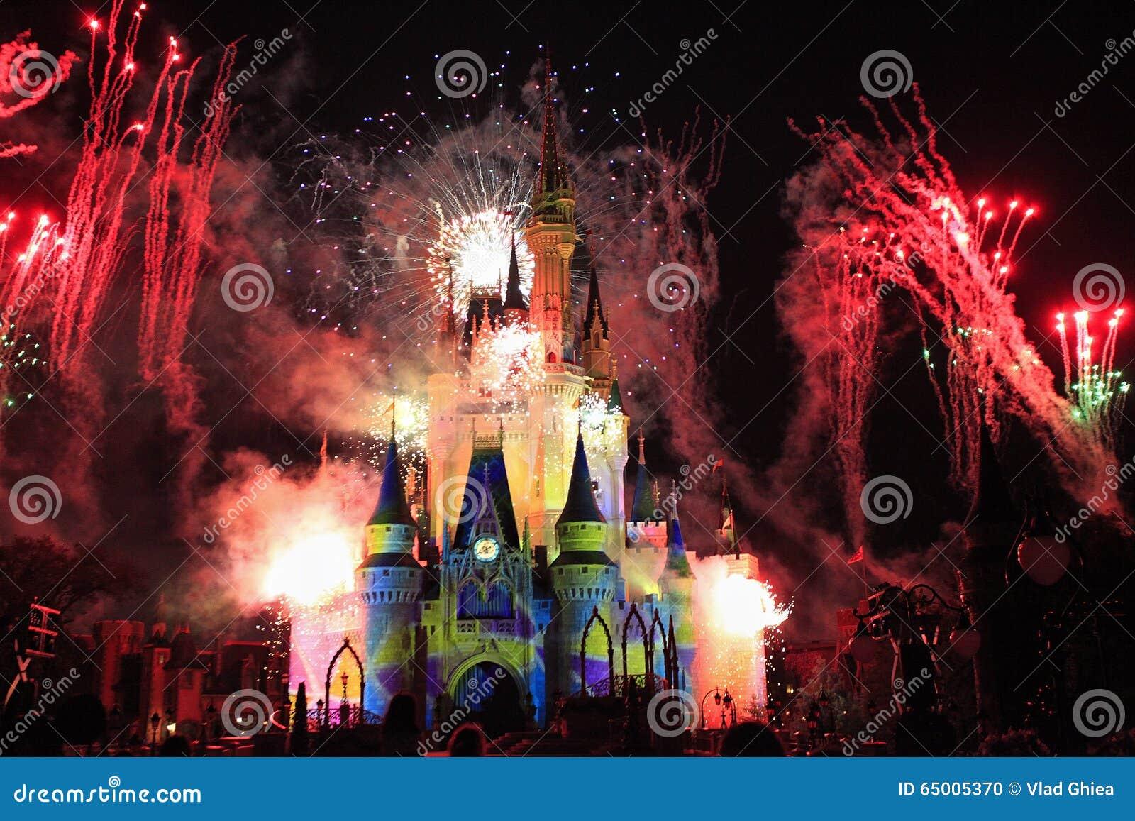 在晚上被照亮的灰姑娘城堡由烟花,不可思议的王国,迪斯尼