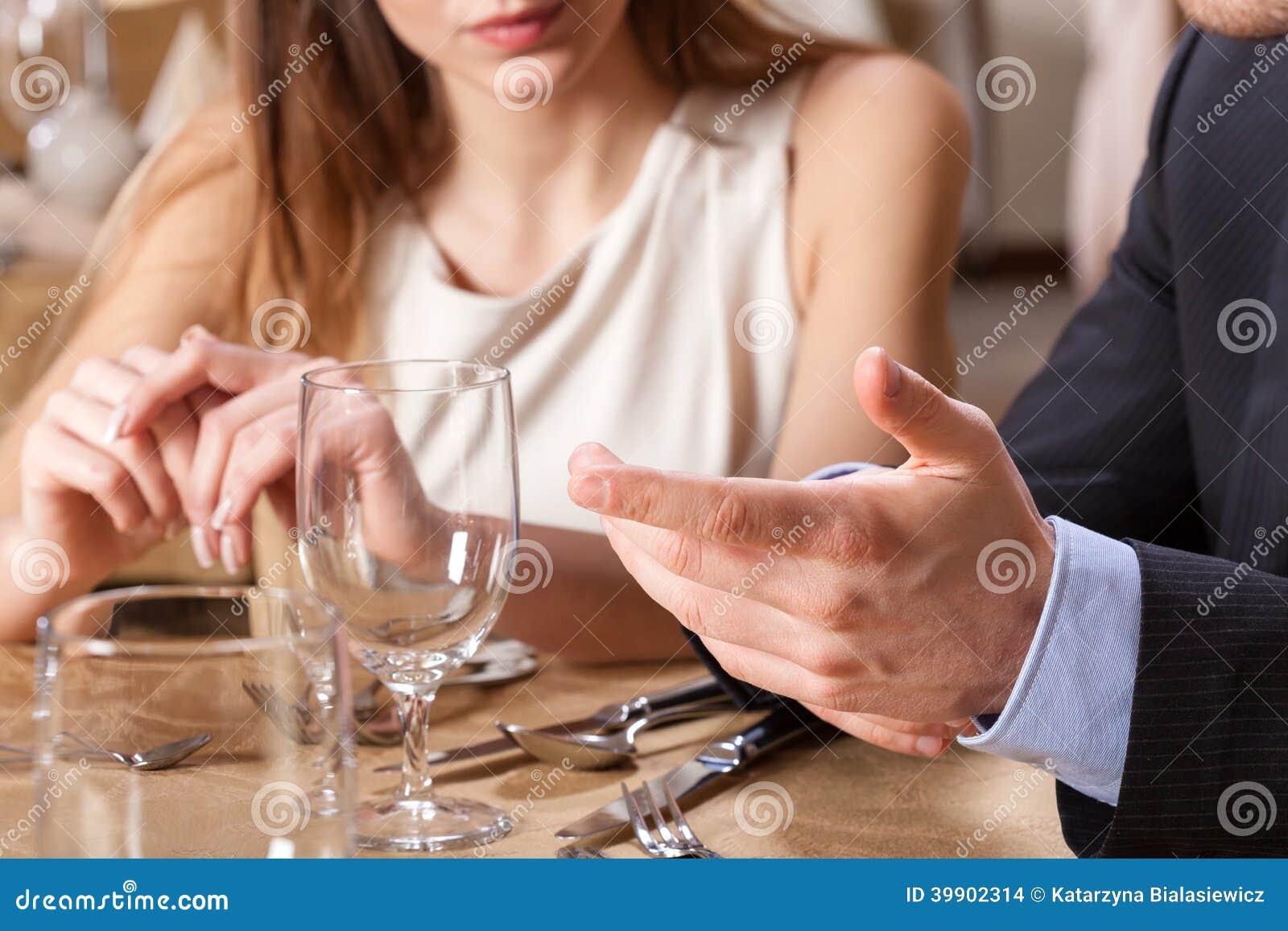 在晚餐的夫妇约会
