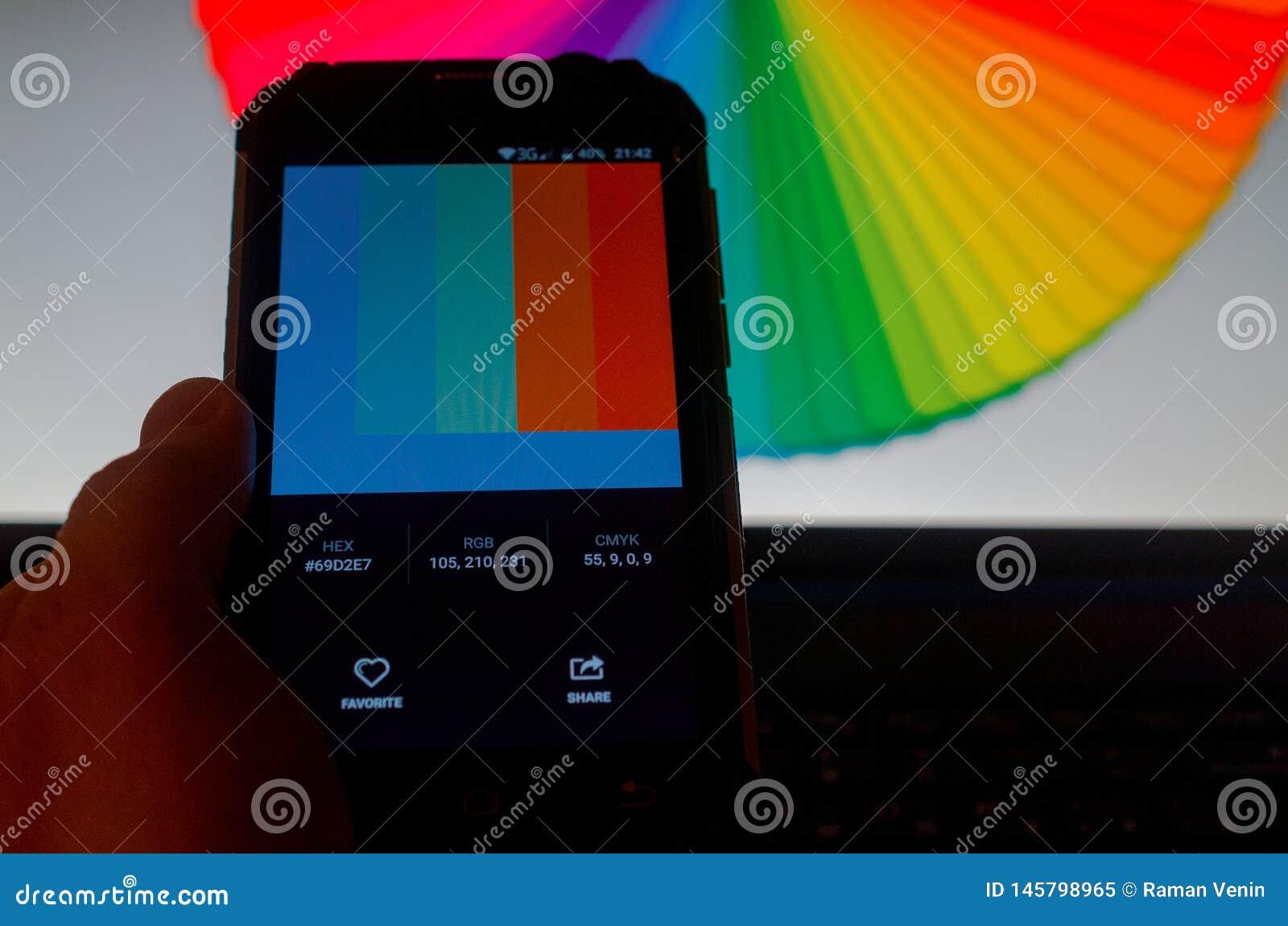 在智能手机和膝上型计算机之间的电子色板显示