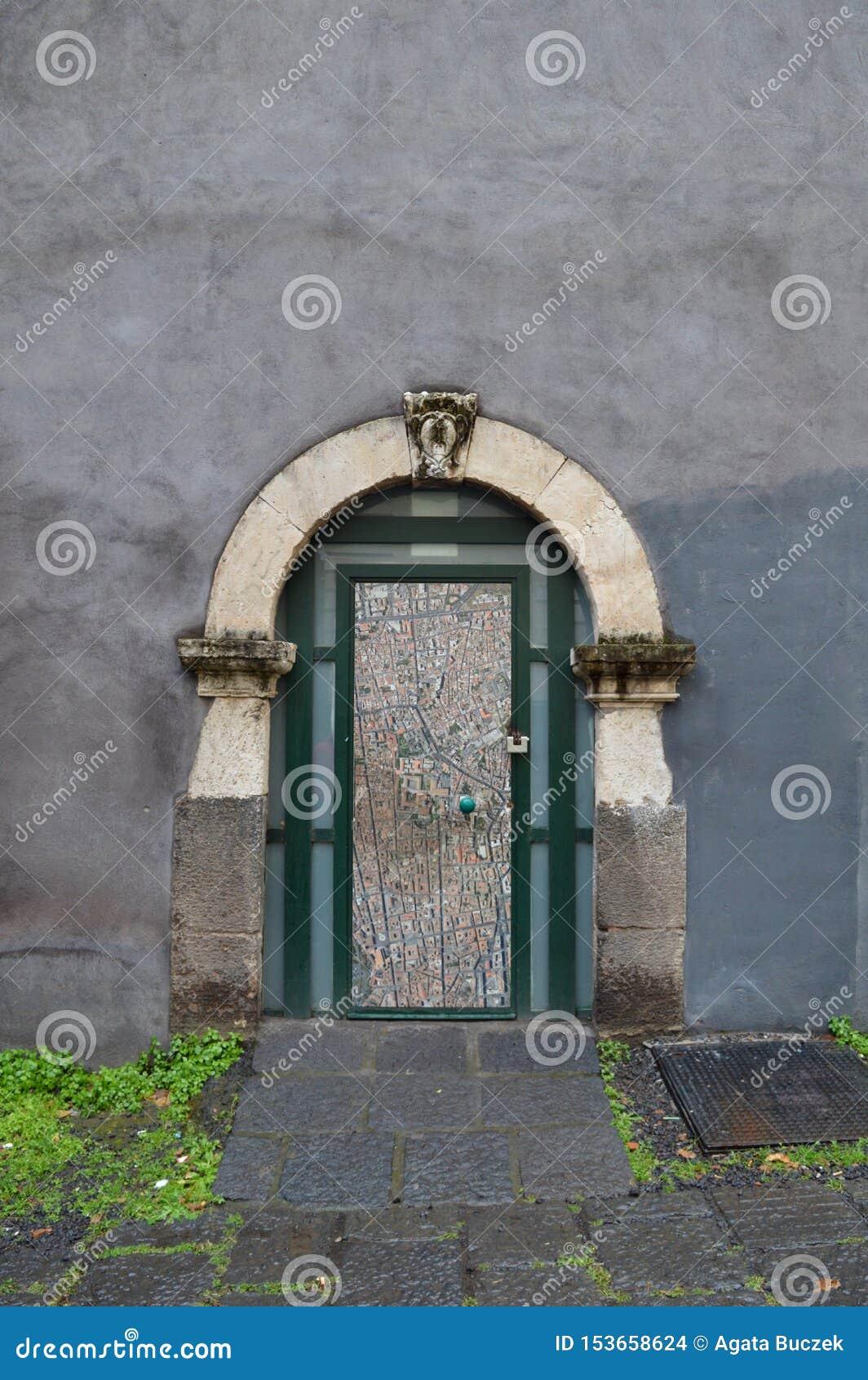 在曲拱下的小门