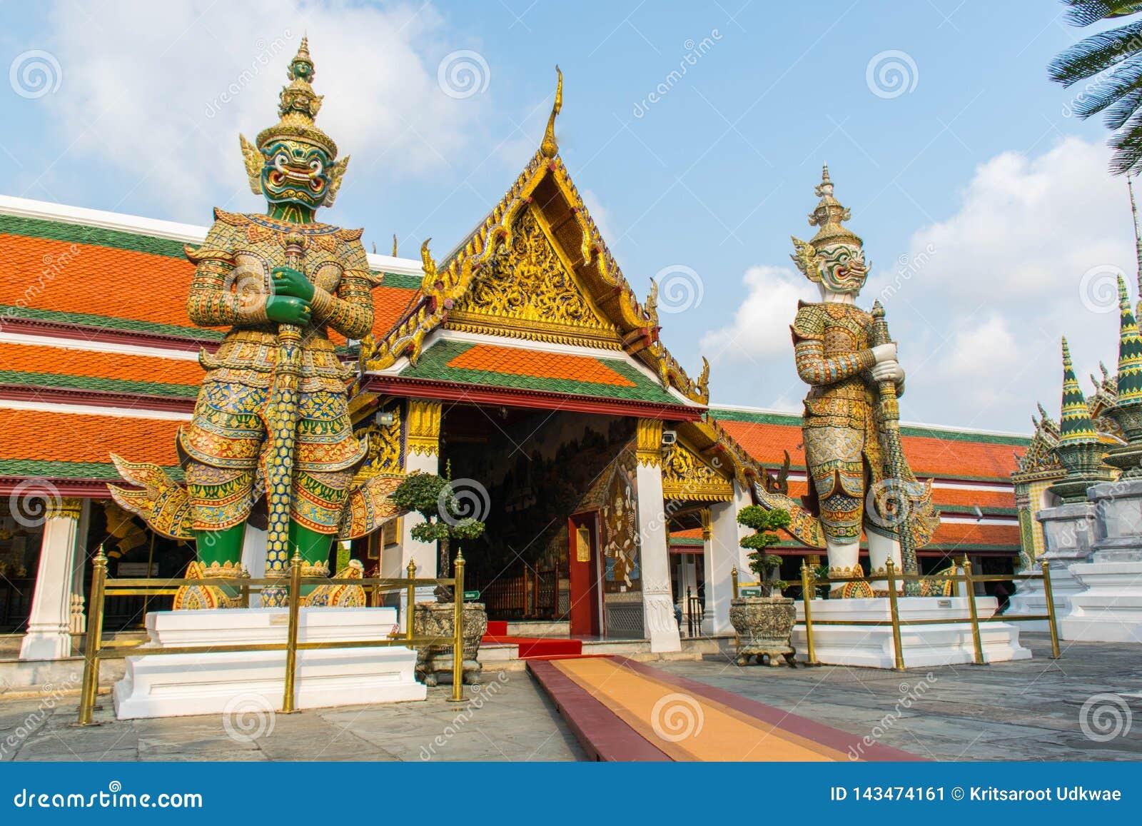在曼谷玉佛寺鲜绿色菩萨的寺庙或寺庙的巨人