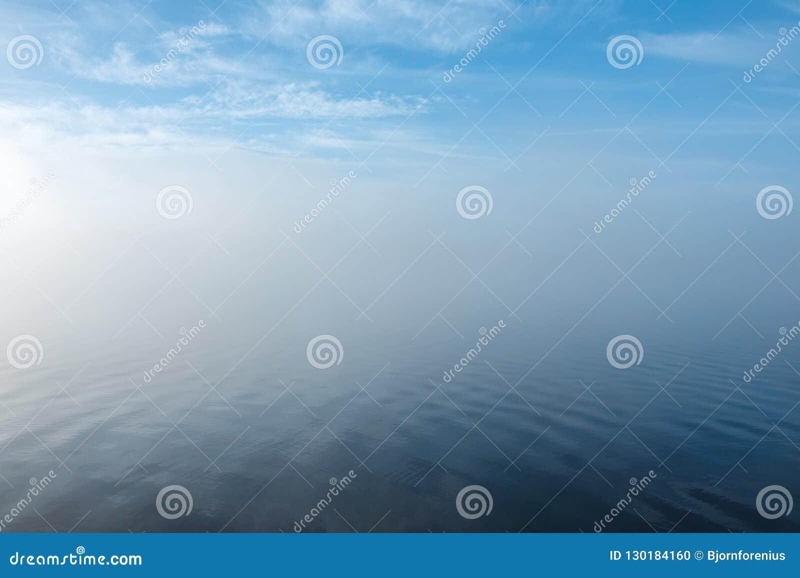 在有薄雾的淡色风景的软的波纹 平安的大雾