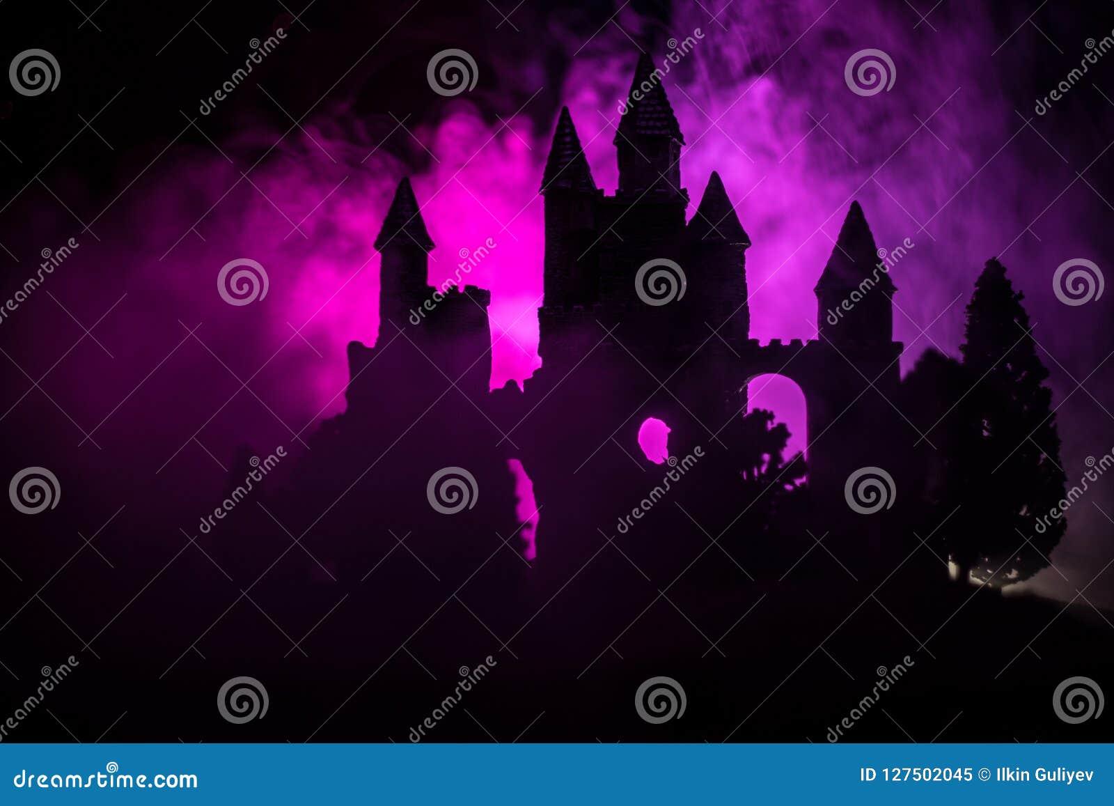 在有薄雾的满月的神奇中世纪城堡 被放弃的哥特式样式老城堡在晚上