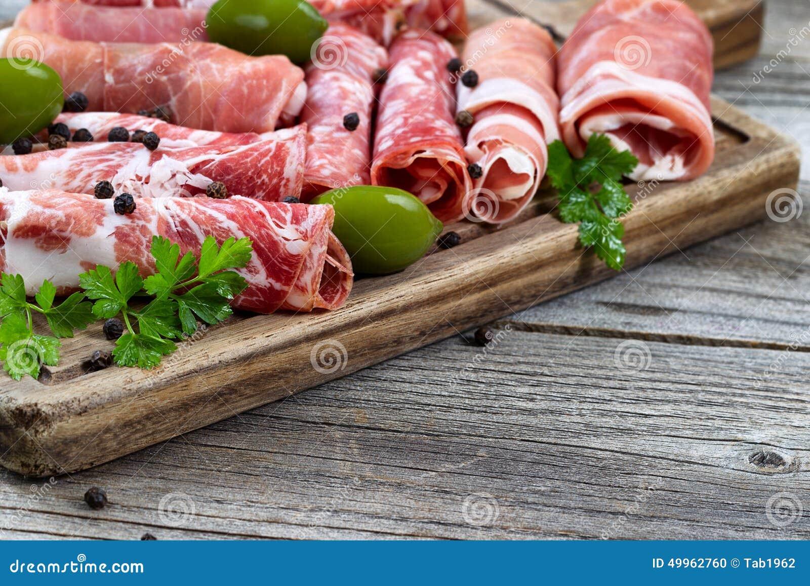 在服务的各种各样的生肉上有土气背景