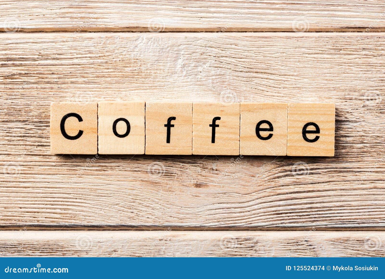 在木刻写的咖啡词 在桌上的咖啡文本,概念