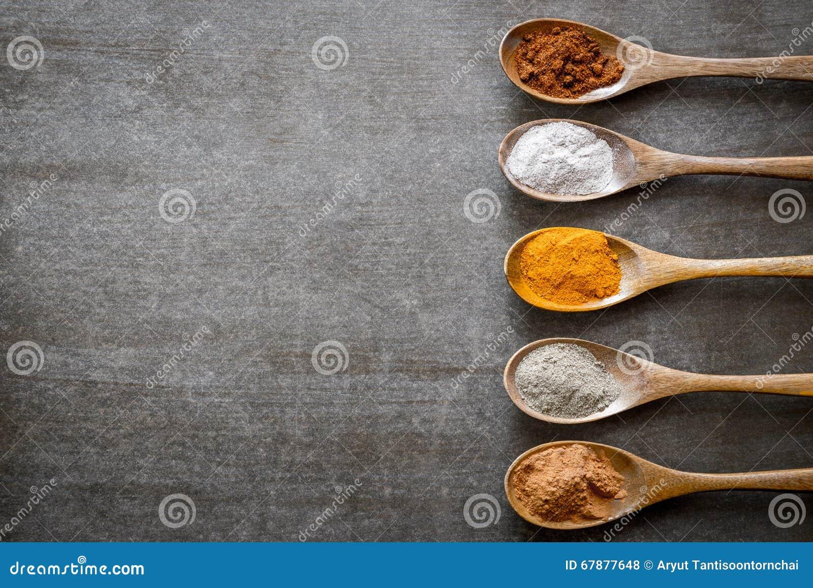 在木匙子的各种各样的香料