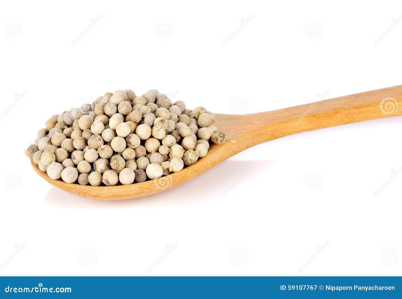 在木匙子的白色干胡椒