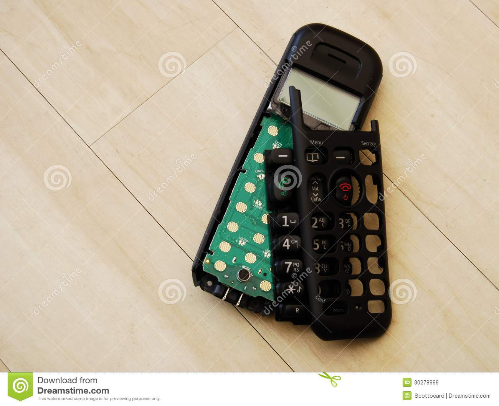 在木地板上排字的残破的电话