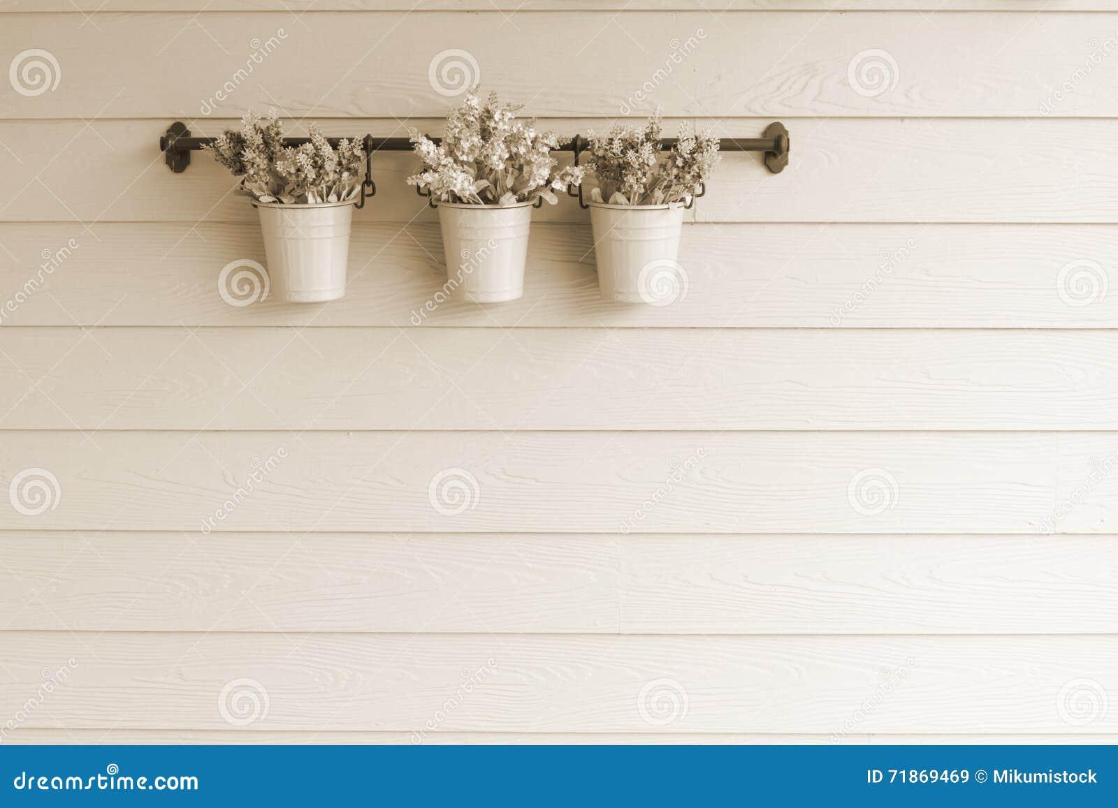 在木墙壁上的小罐花