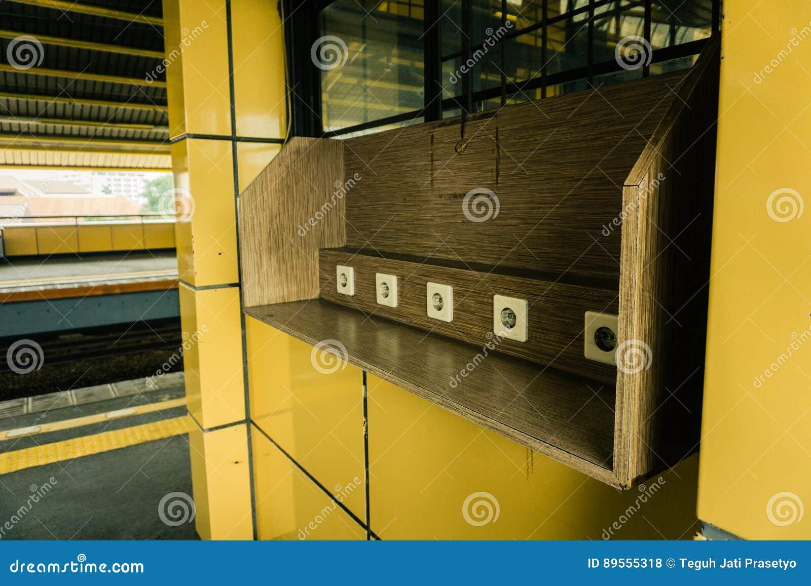 在木墙壁上的电源插座在雅加达拍的火车站公开区域照片的充电的设施印度尼西亚
