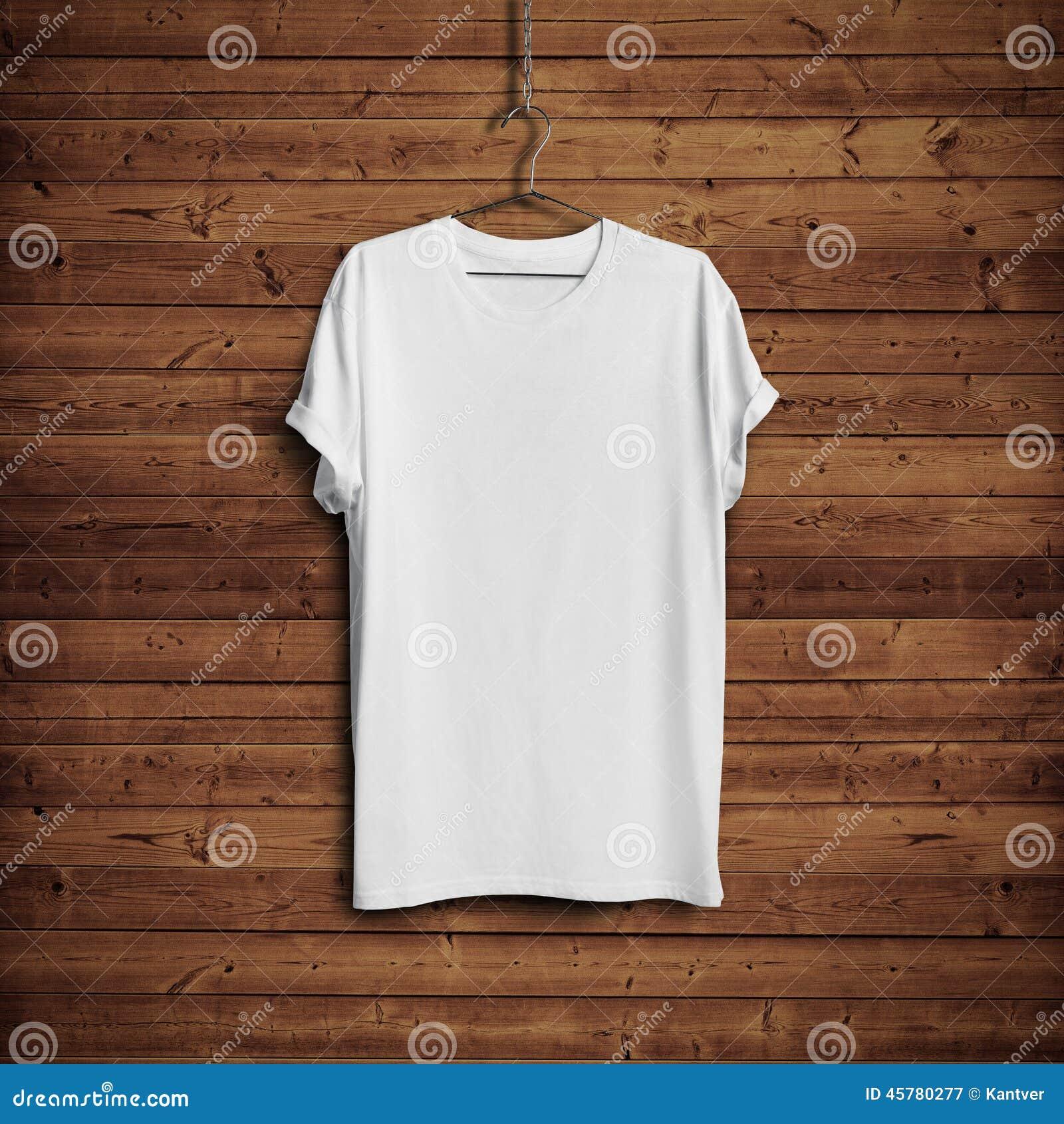 在木墙壁上的白色T恤杉