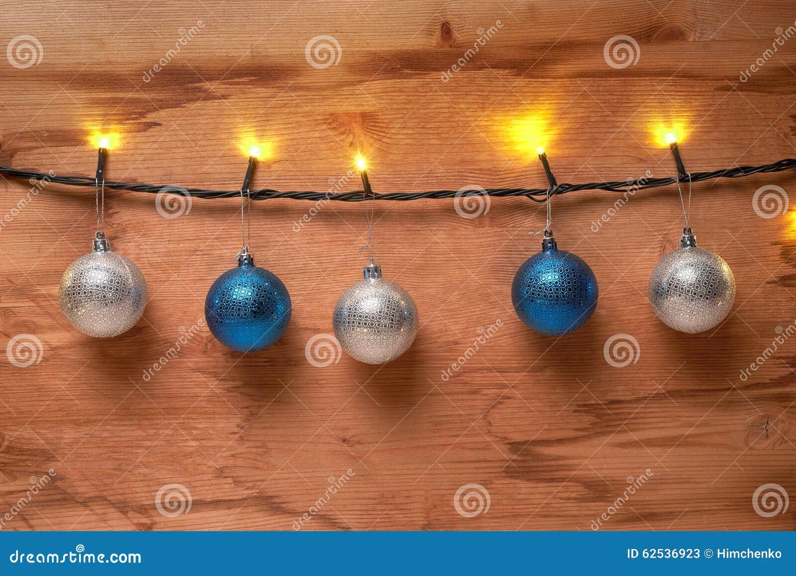 在木墙壁上的诗歌选和圣诞节球