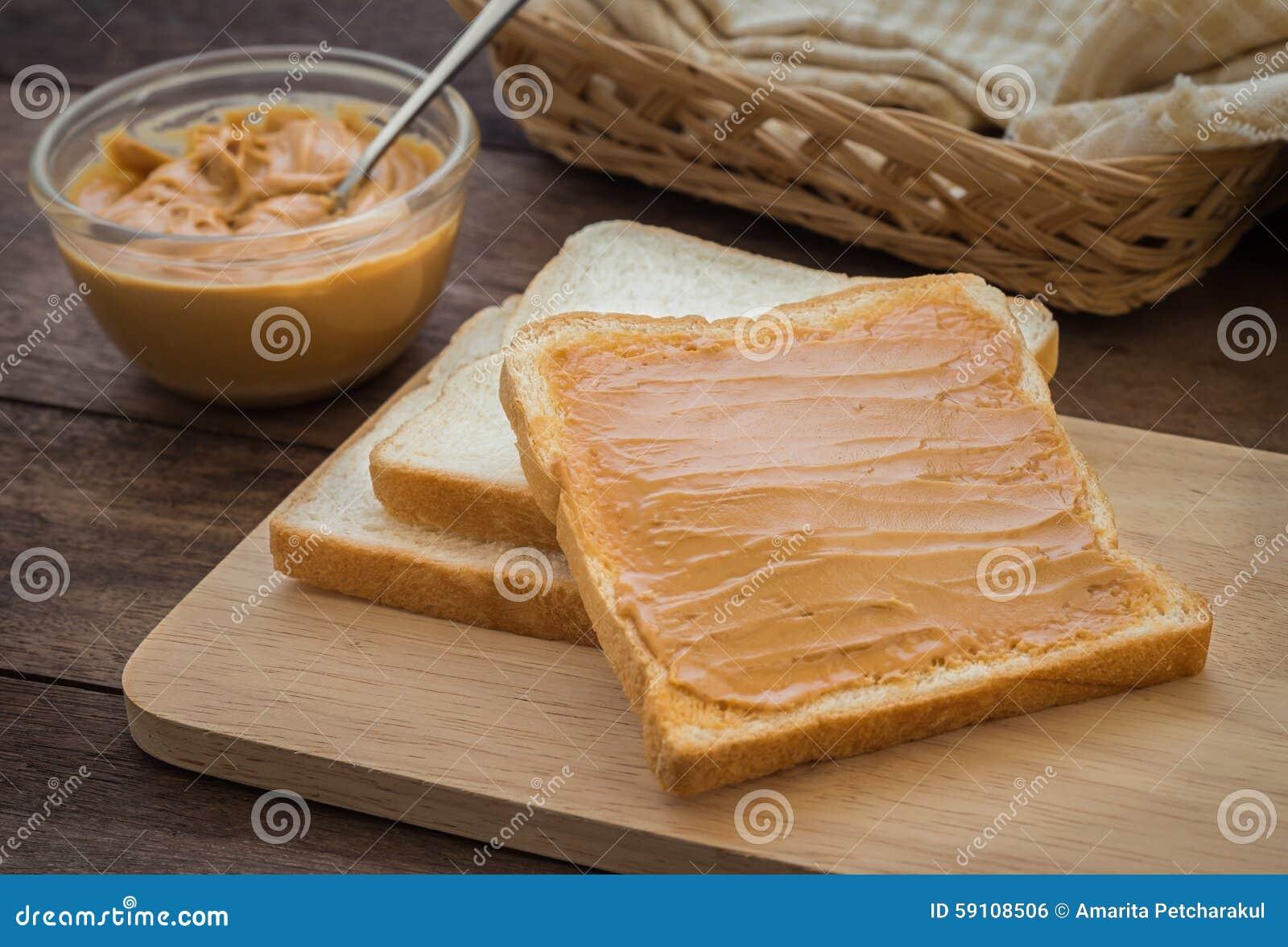 在木板材的花生酱三明治