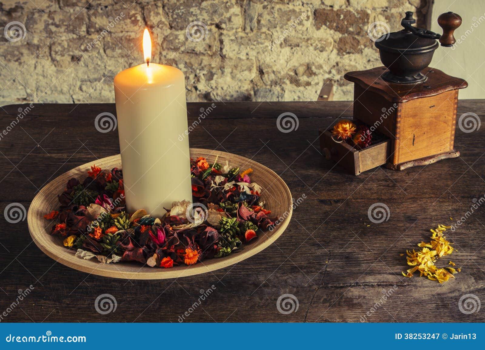 在木板材的蜡烛有咖啡碾的