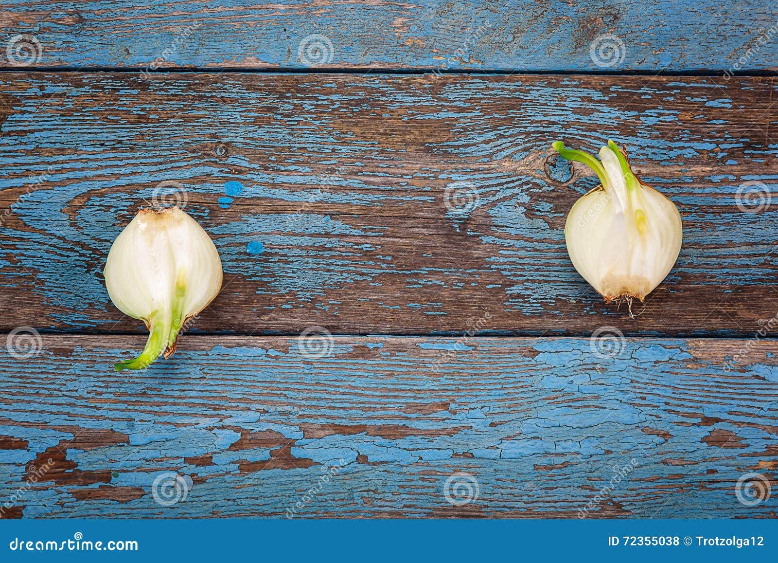 在木板的新鲜的发芽葱