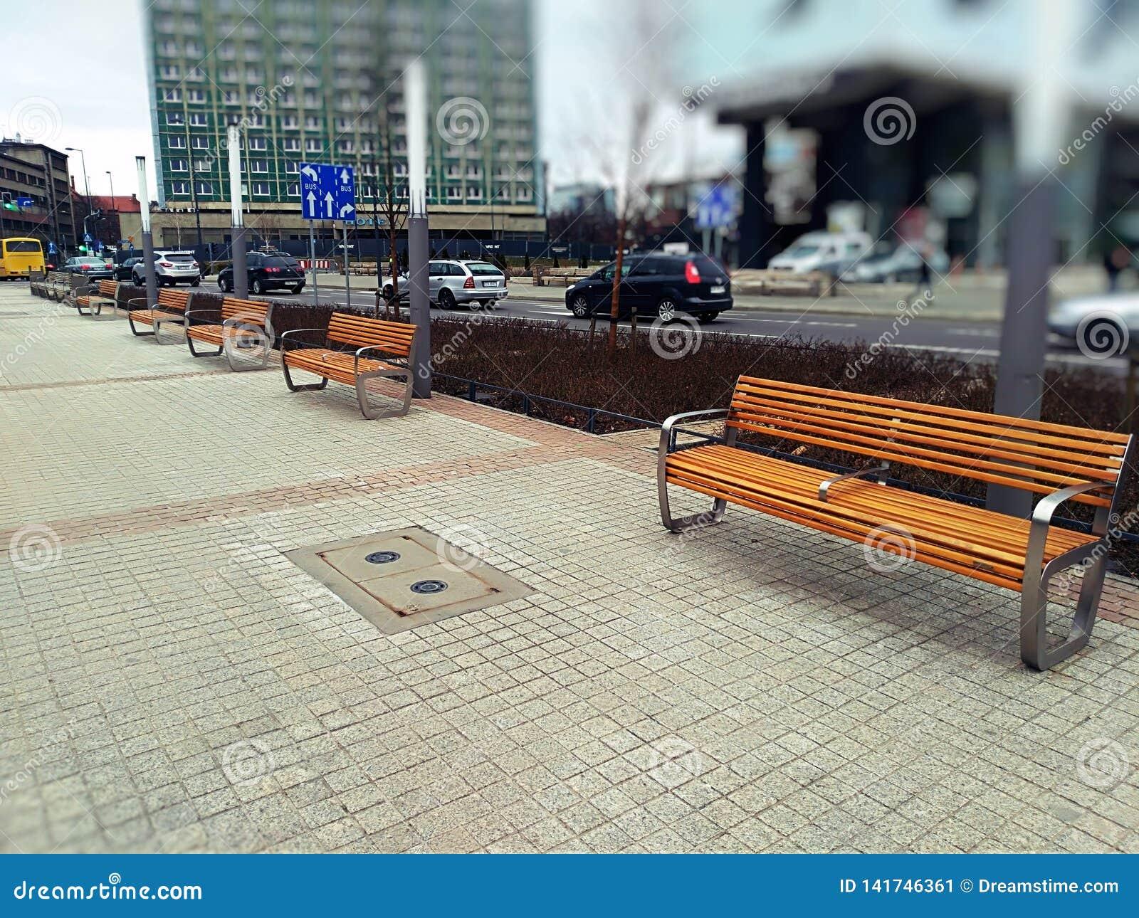 在木板走道的一个长木凳