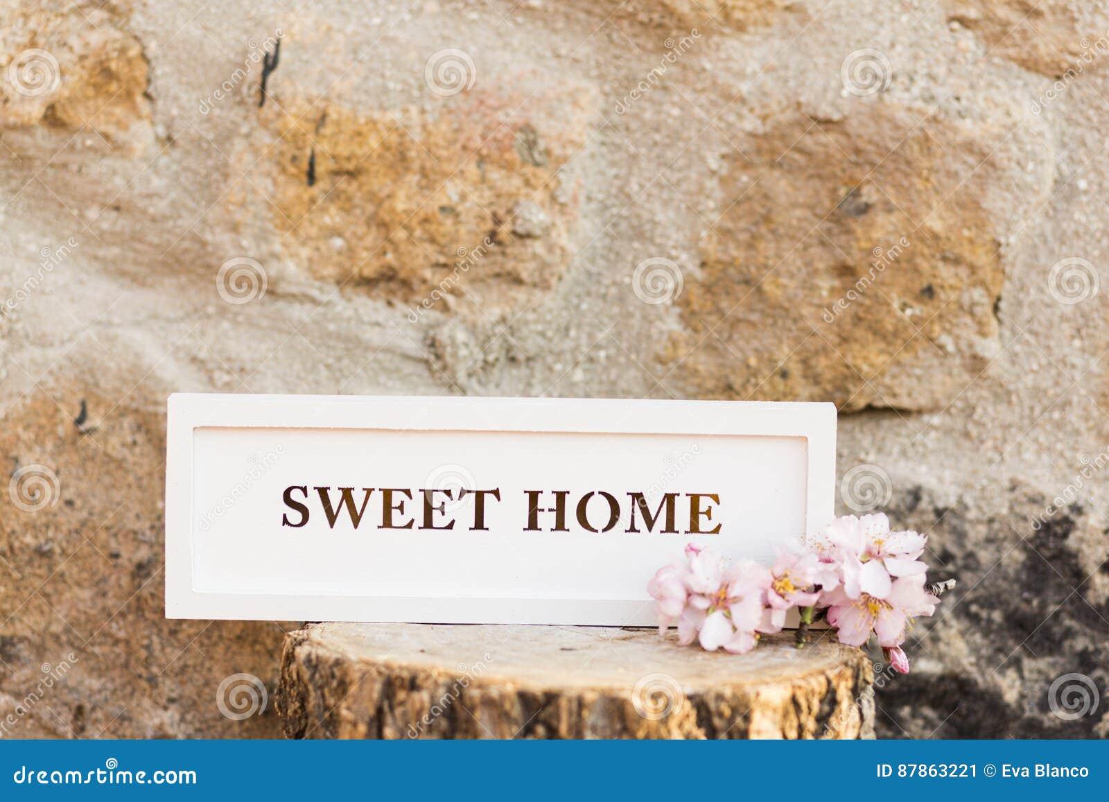 在木树干的甜家庭标志 背景上色grunge石墙