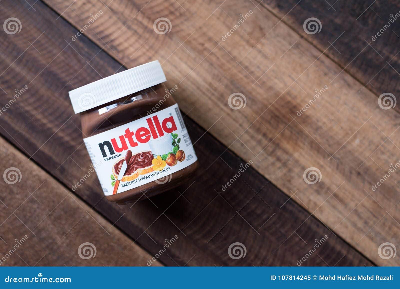 在木桌上涂的Nutella巧克力