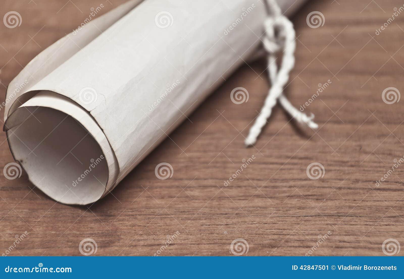 在木桌上的古老纸卷
