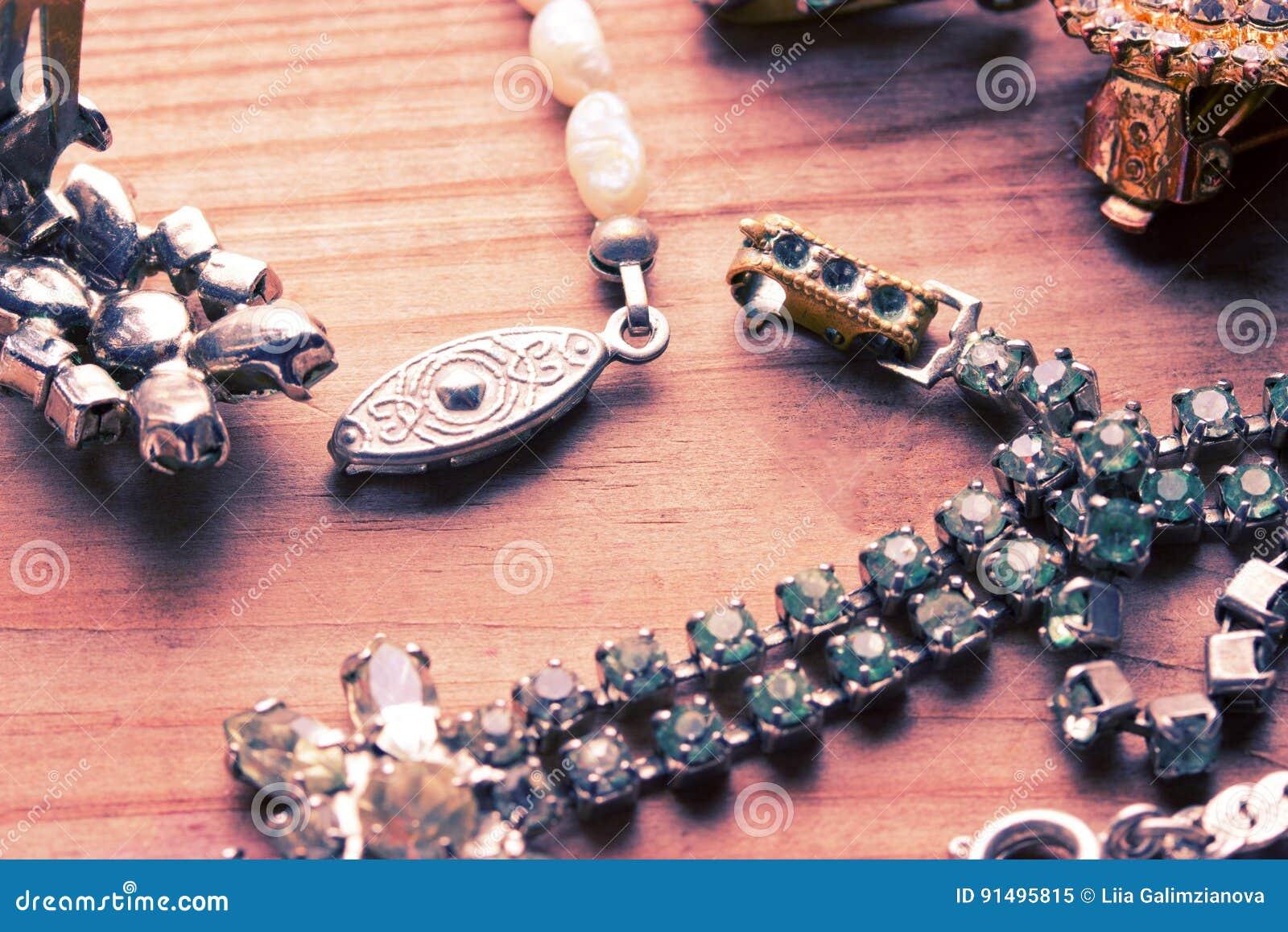 在木桌上的古色古香的葡萄酒项链