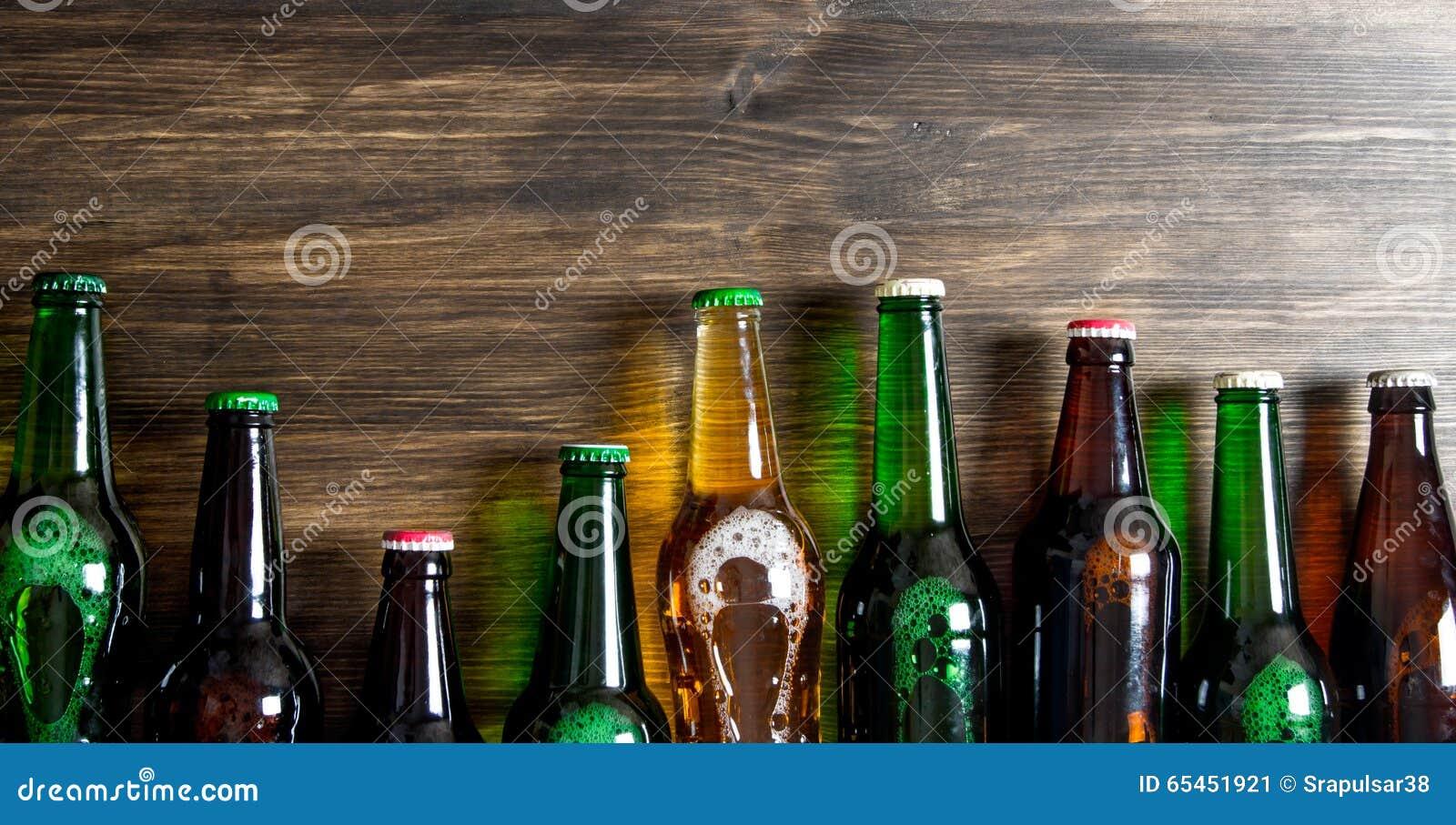 在一张木桌上的啤酒瓶 顶视图.图片