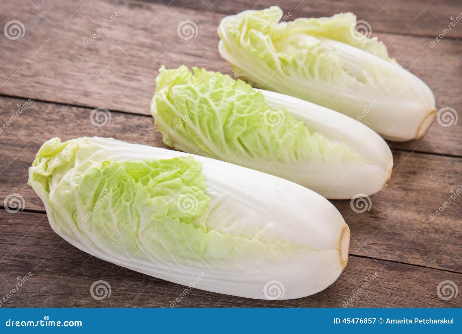 在木桌上的大白菜