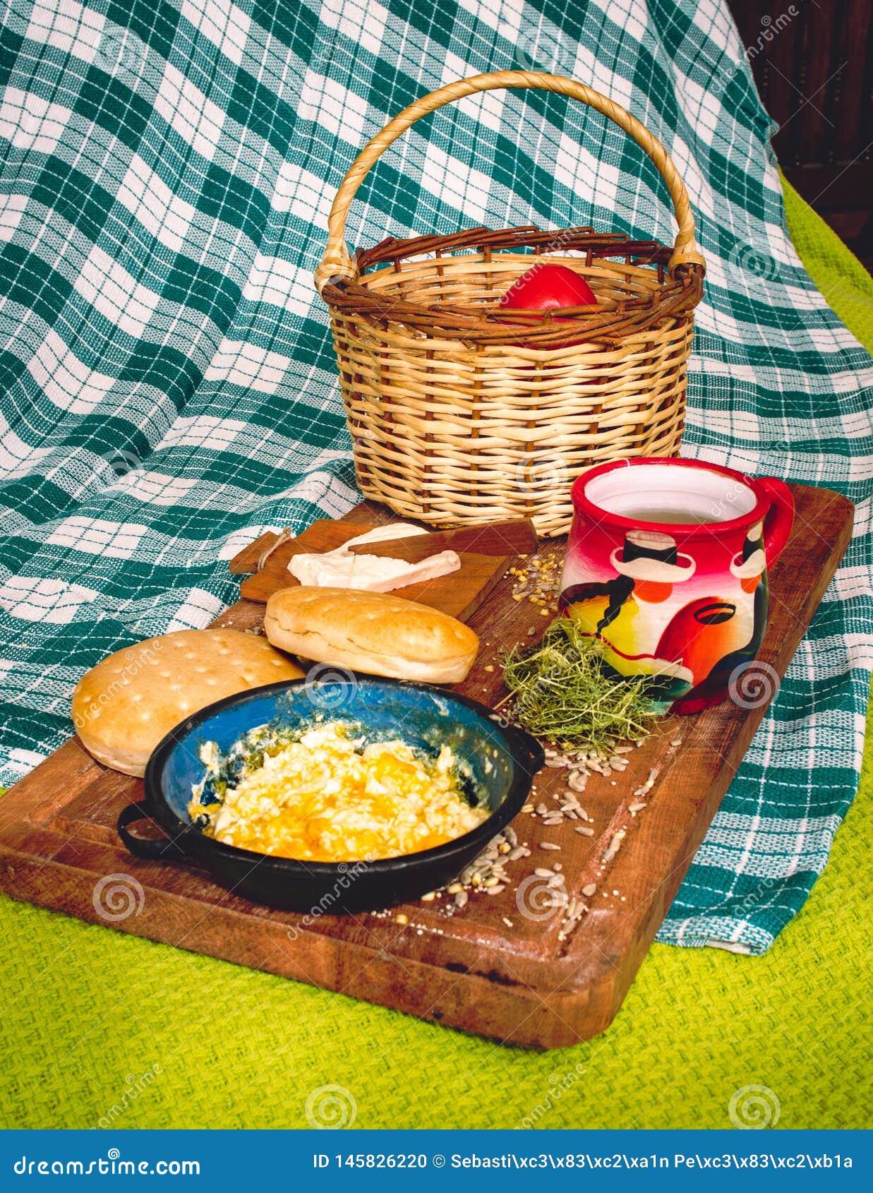 在木桌上的拉丁美洲的早餐