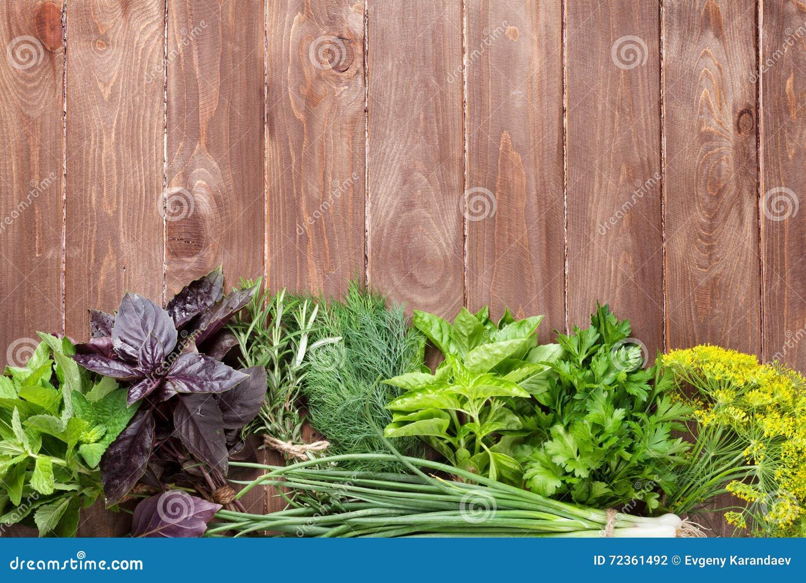 在木桌上的新鲜的庭院草本
