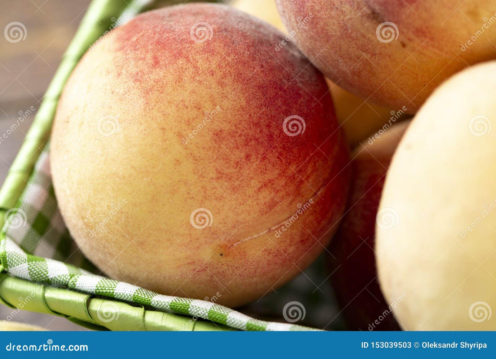 在木桌上的新鲜的甜桃子