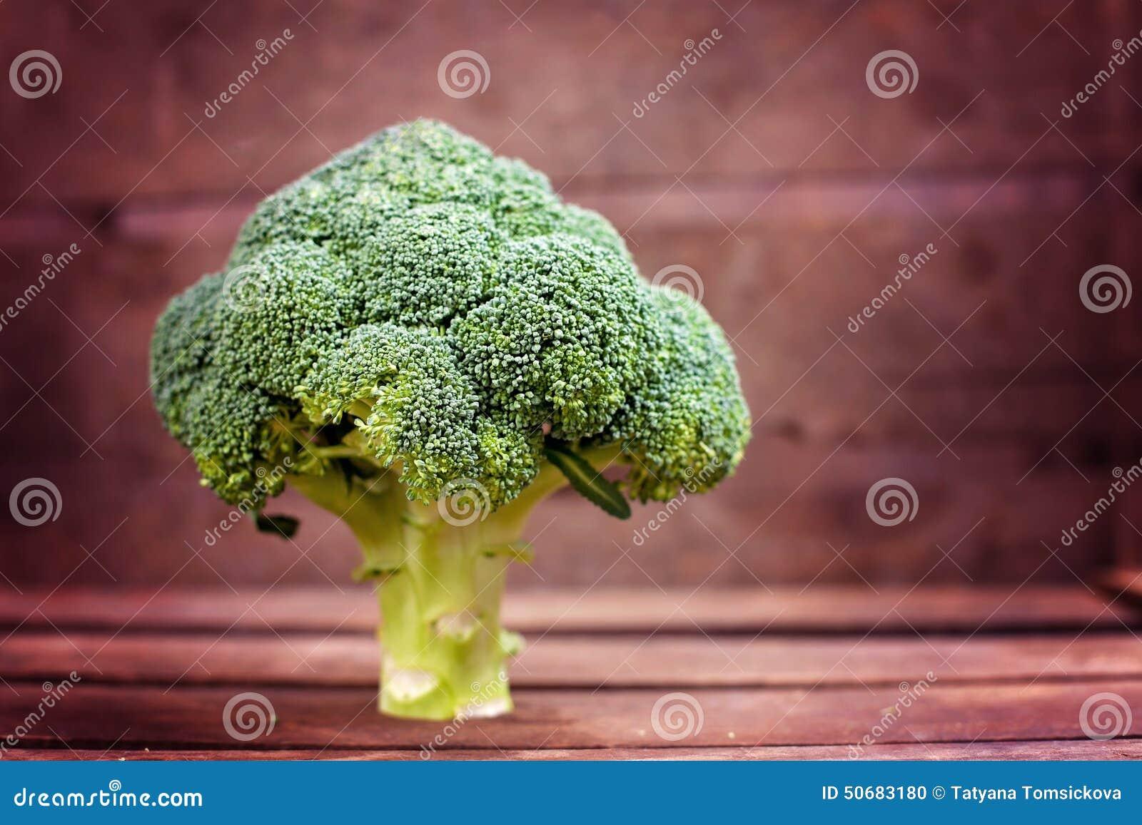 Download 在木桌上的新鲜的硬花甘蓝 库存照片. 图片 包括有 会议室, 节食, 食物, 圆白菜, 美食, 营养, 成份 - 50683180
