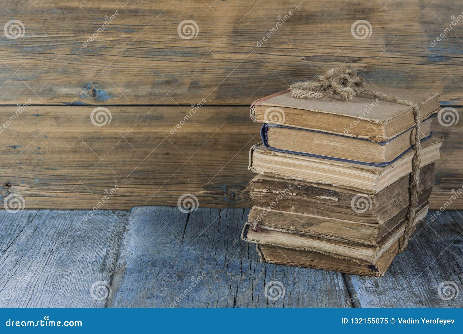 在木桌上的旧书