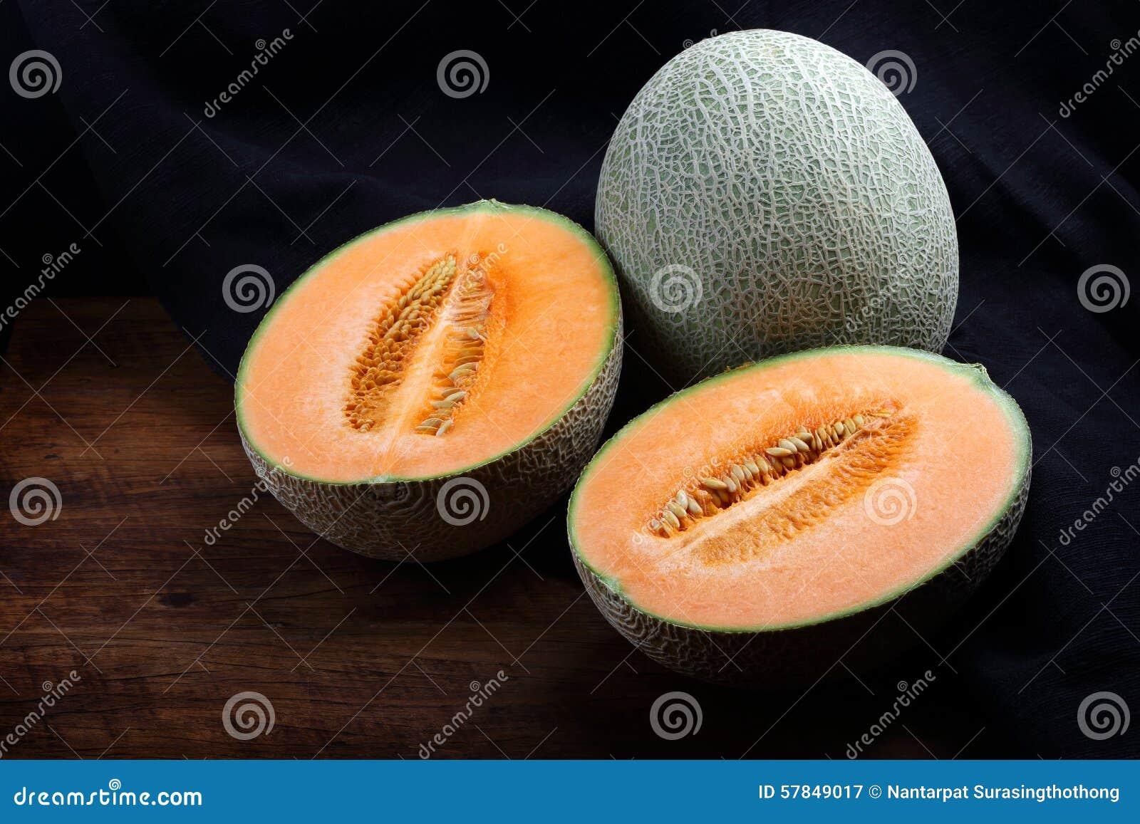 在木桌上的有机甜瓜