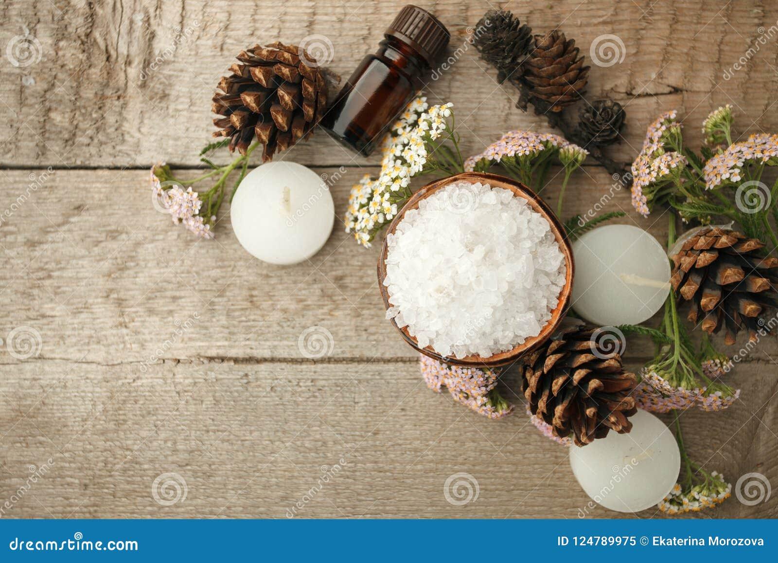 在木桌上的温泉构成 自然芳香油,在土气木背景的海盐 健康护肤 温泉概念 顶视图