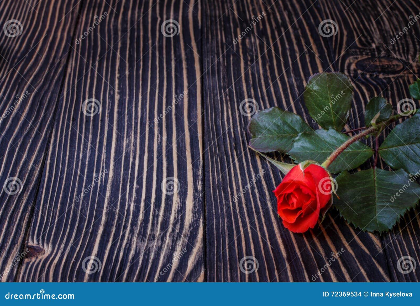 在木桌上的玫瑰 空白董事会