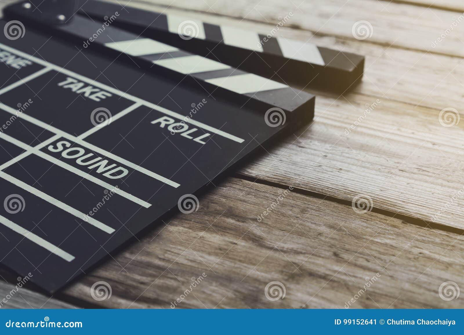 在木桌上的电影拍板