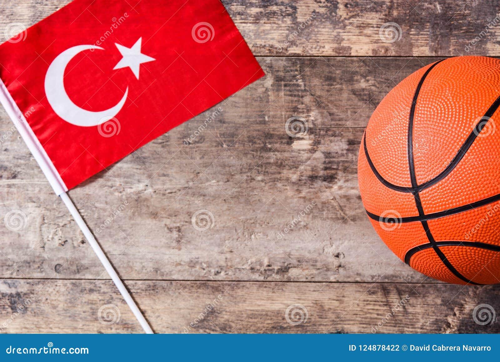 在木桌上的篮球和土耳其旗子