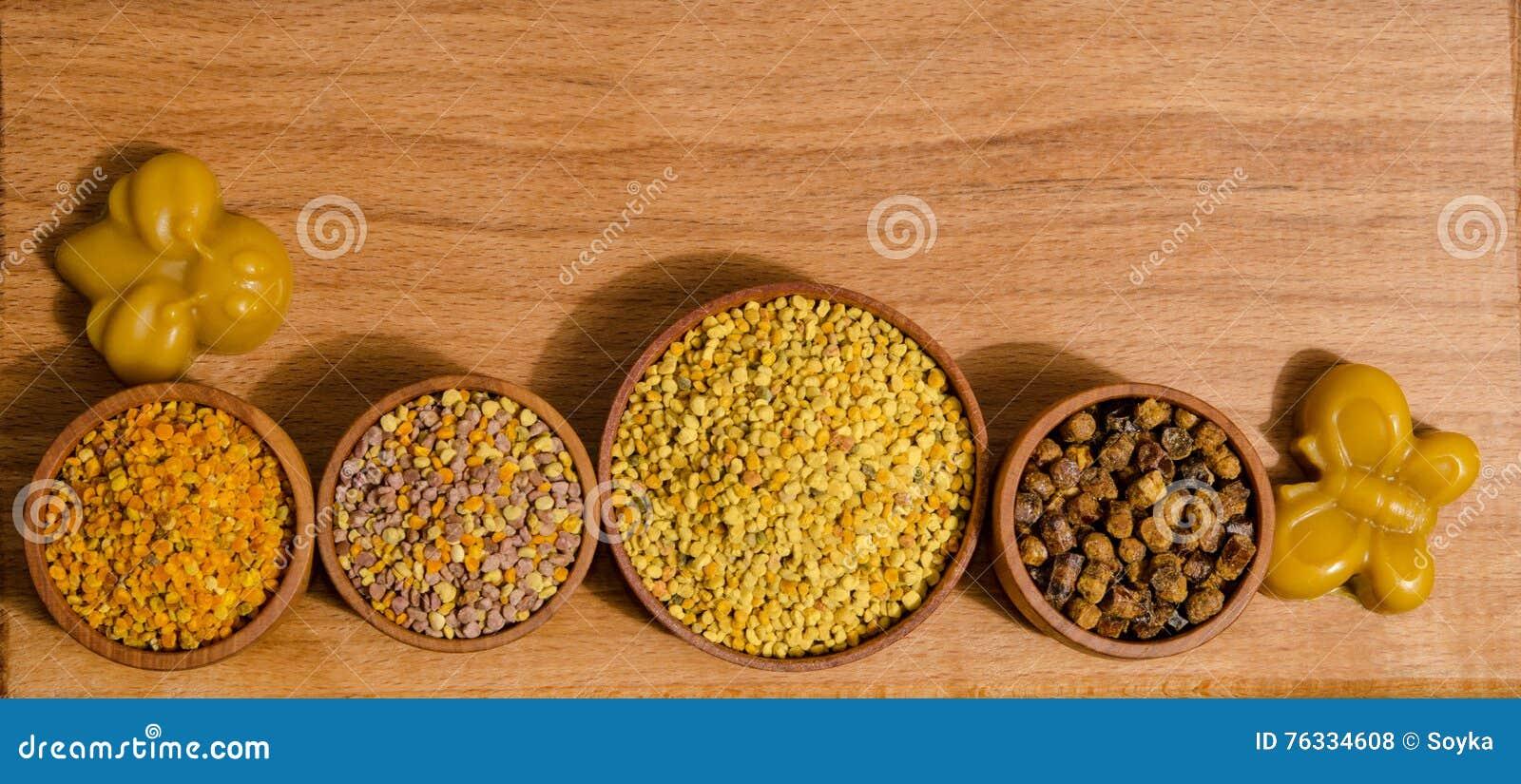 在木桌上的蜂产品