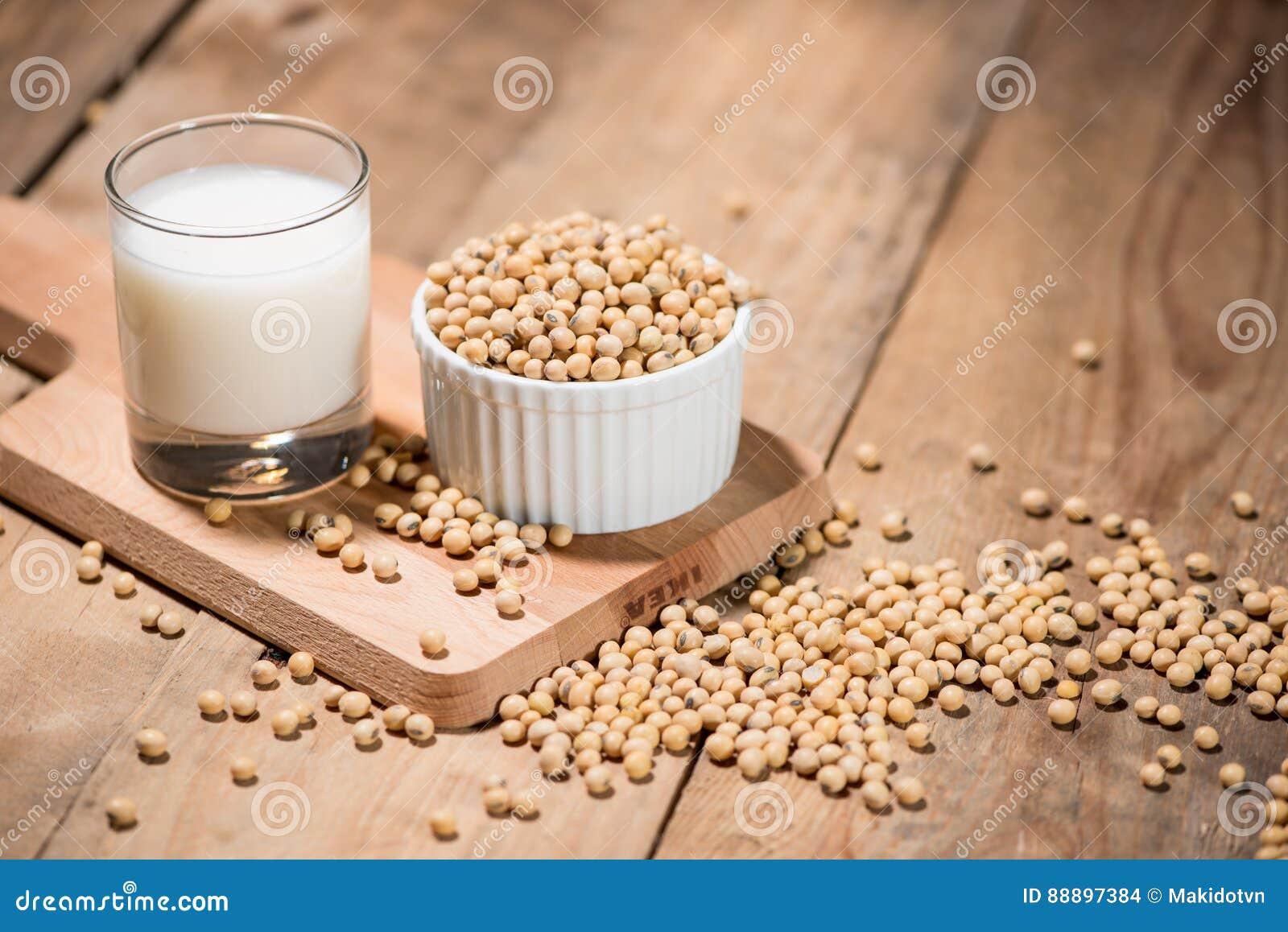 在木桌上的豆奶或大豆牛奶和大豆豆