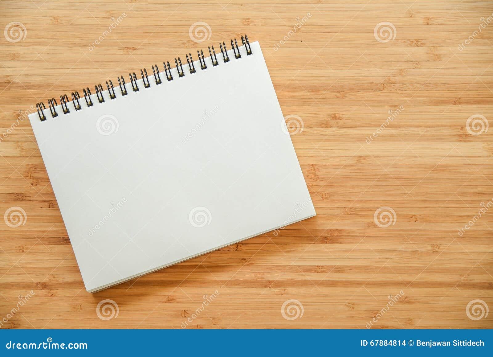在木桌上的黏合剂笔记本