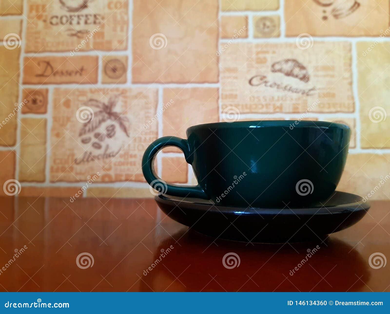 在木桌和现代背景上的独奏空白的陶瓷杯子