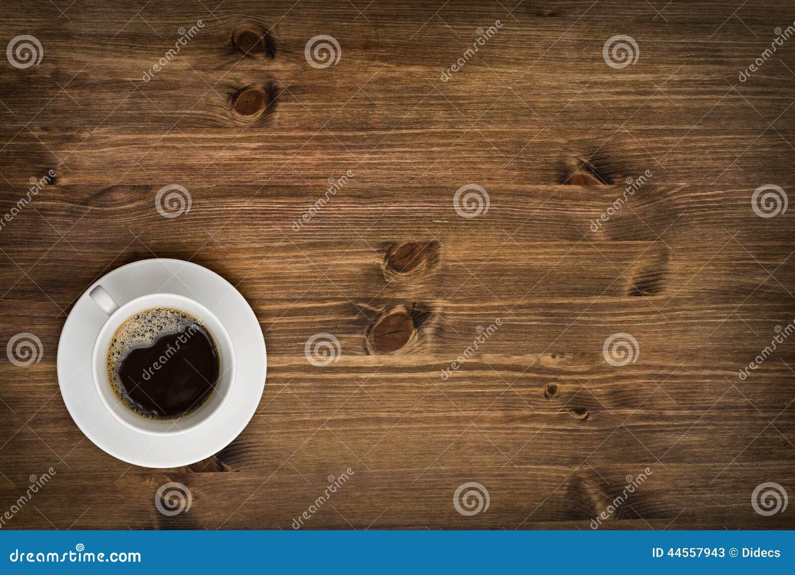 在木桌背景的咖啡杯顶视图