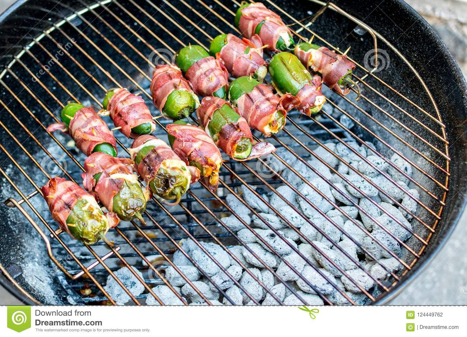 在木炭的烤墨西哥胡椒胡椒快餐