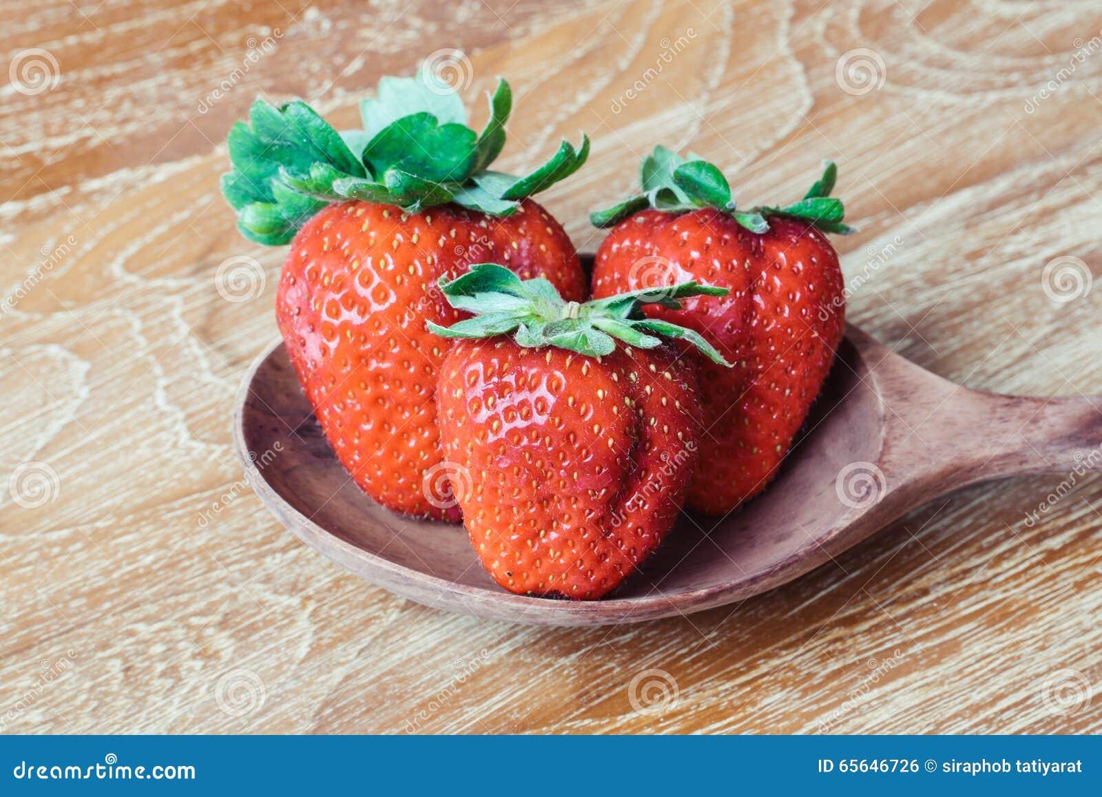 在木的新鲜的成熟草莓