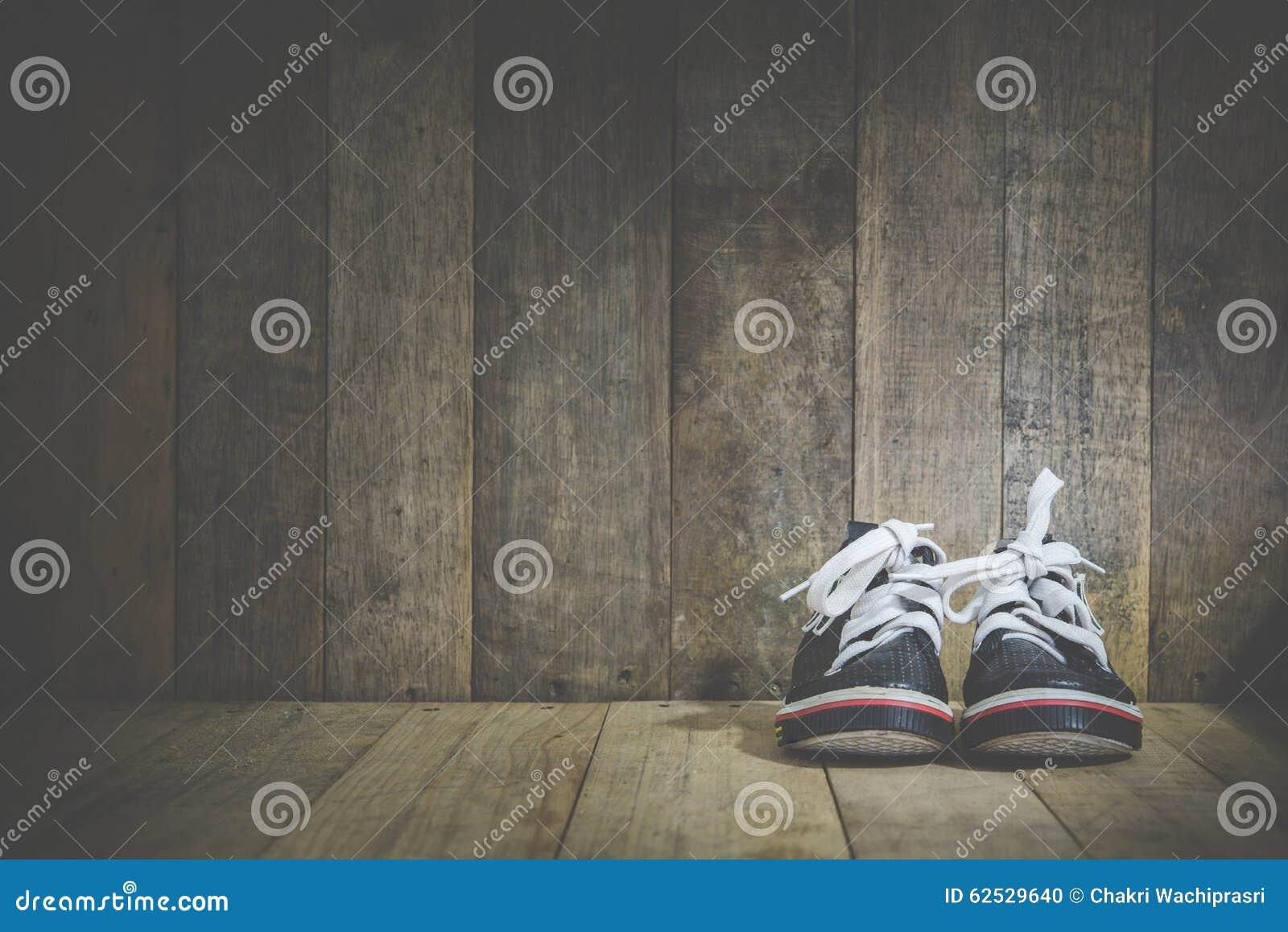 在木的婴孩运动鞋