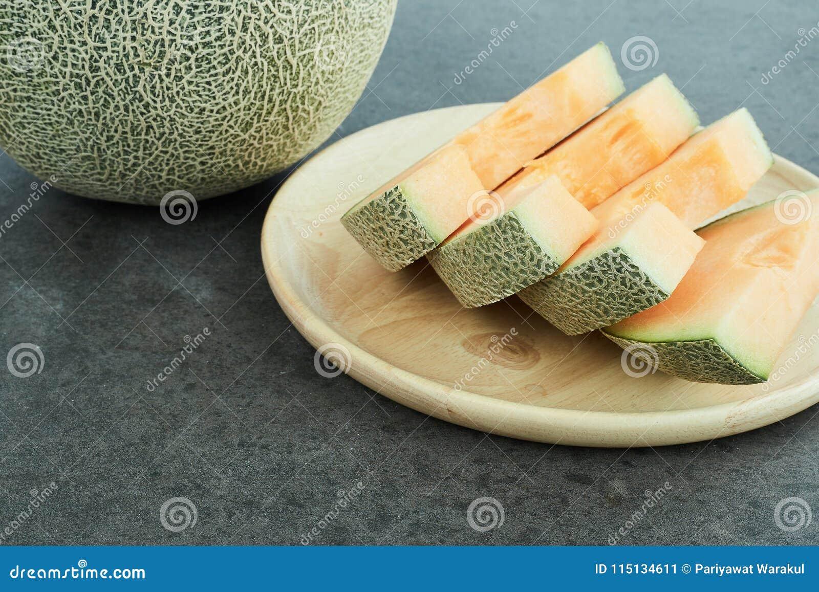 在木盘的新鲜的瓜