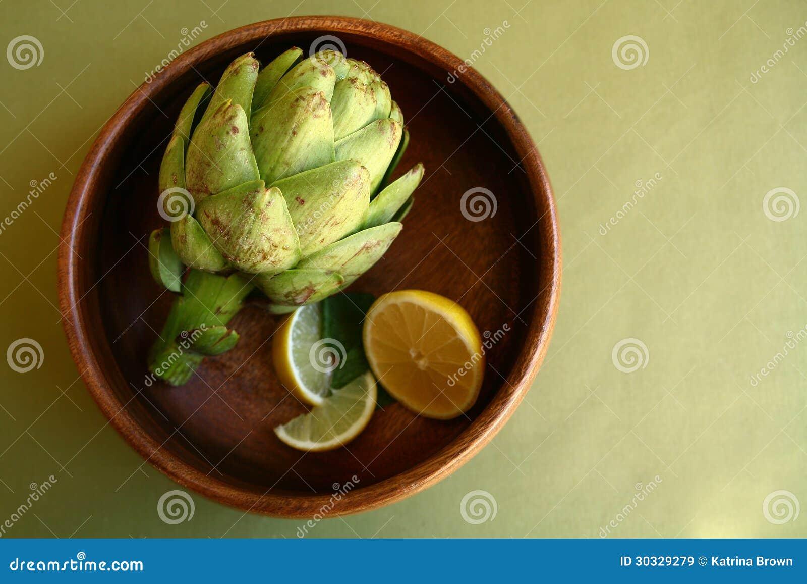在木碗的朝鲜蓟用柠檬