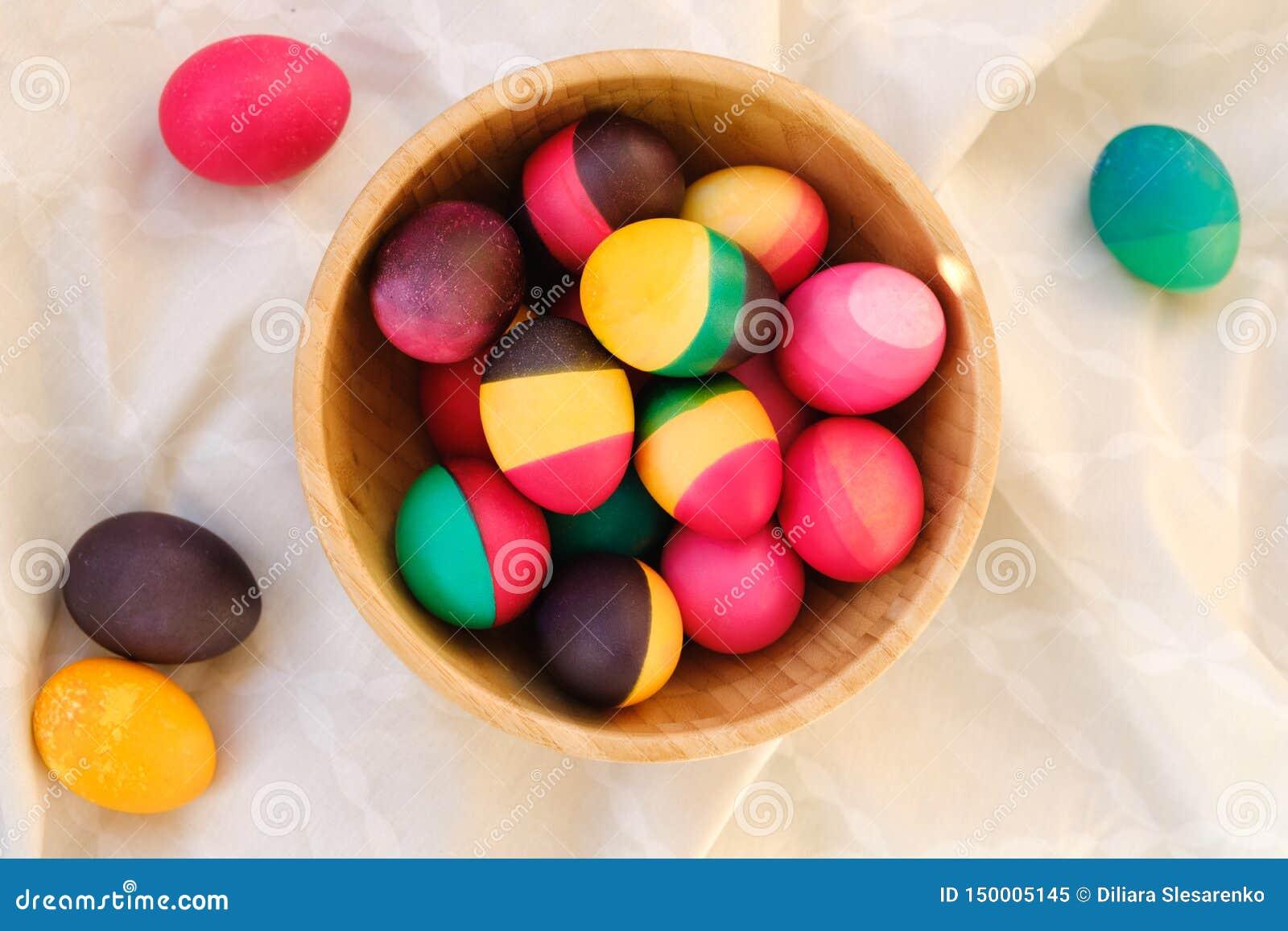 在木碗的装饰五颜六色的复活节彩蛋