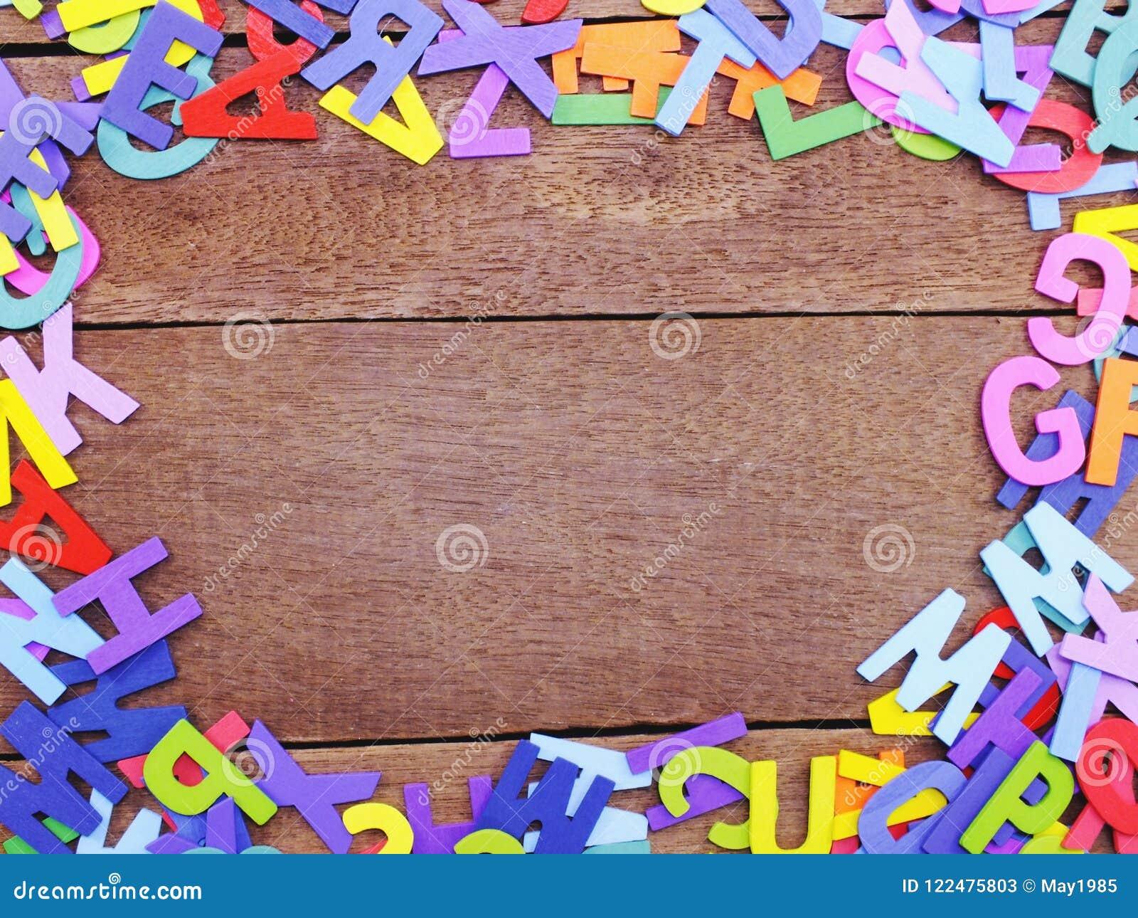 在木背景概念的五颜六色的字母表信件